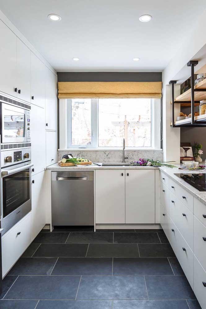 Uma cozinha em U pequena, mas muito bem aproveitada