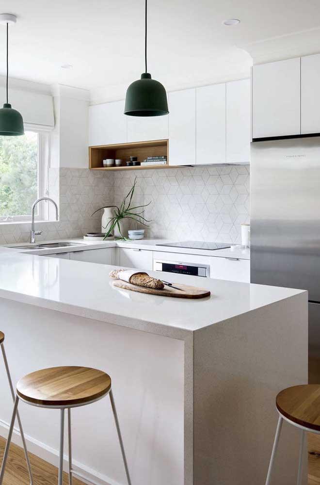 O balcão integra e ainda substituí a mesa de jantar. Solução perfeita para casas pequenas.