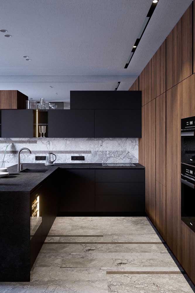 Quer uma cozinha em U super maravilhosa? Então invista em armários pretos!