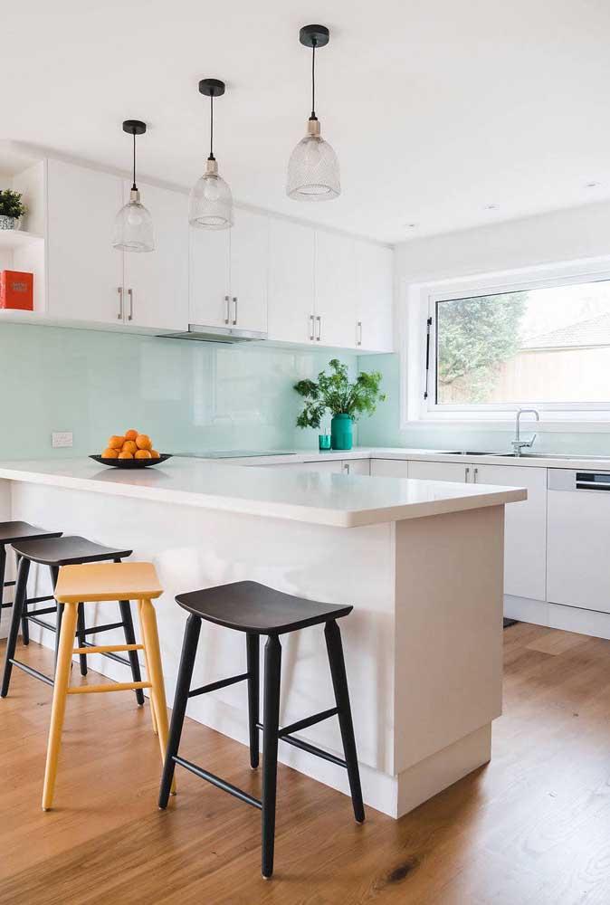 Já aqui, o tom de verde menta traz leveza e descontração para a cozinha