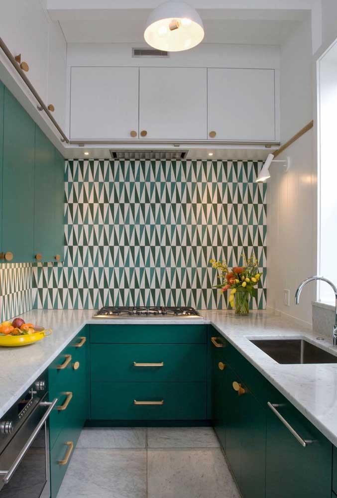 Nada como um revestimento colorido para mudar o visual da cozinha
