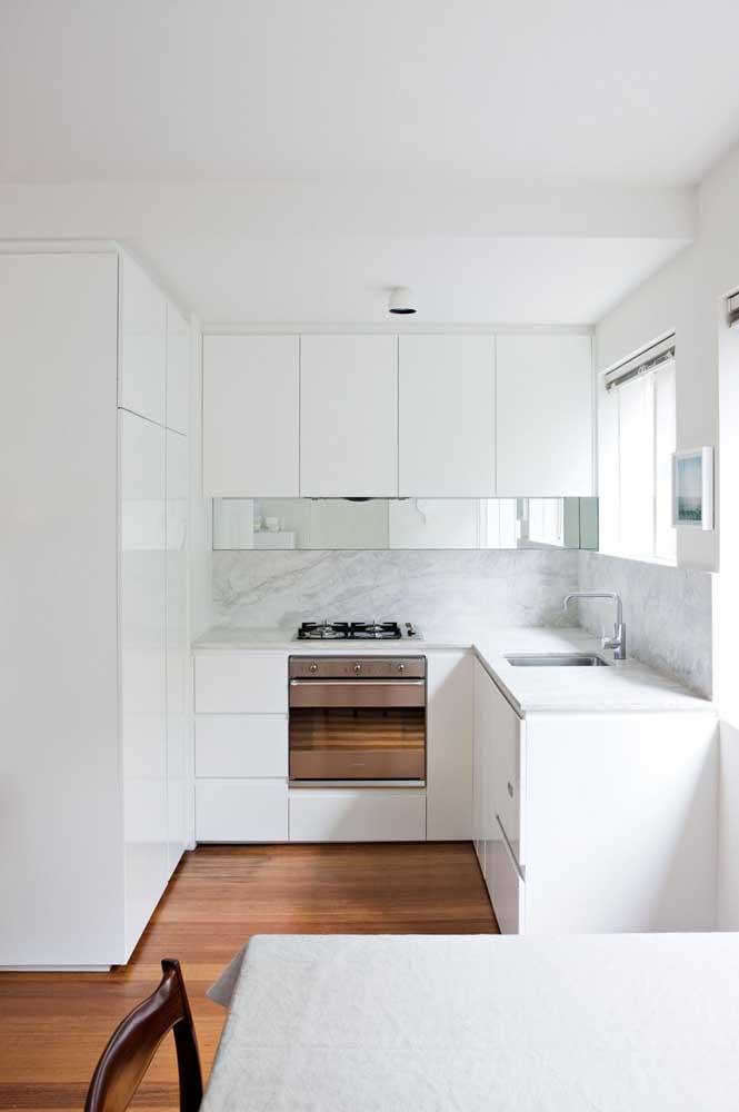 Cozinha em U branca integrada com a sala de jantar