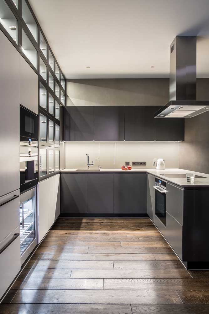 O que acha de portas de vidro para os armários da cozinha em U?
