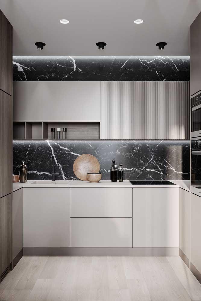 Cozinha em U com revestimento em mármore (pode ser porcelanato também!)