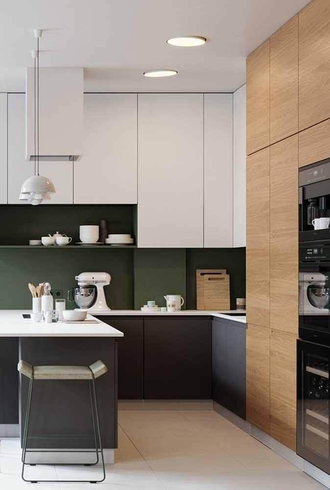 Cozinha em U com balcão e armários planejados