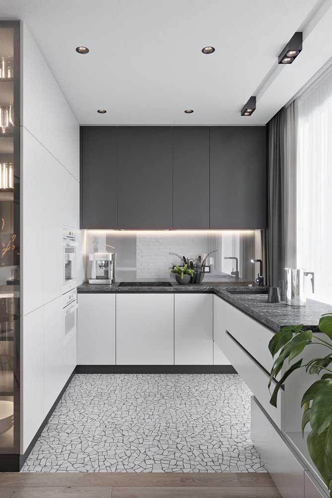 Cozinha em U planejada em tons de branco e preto: um clássico