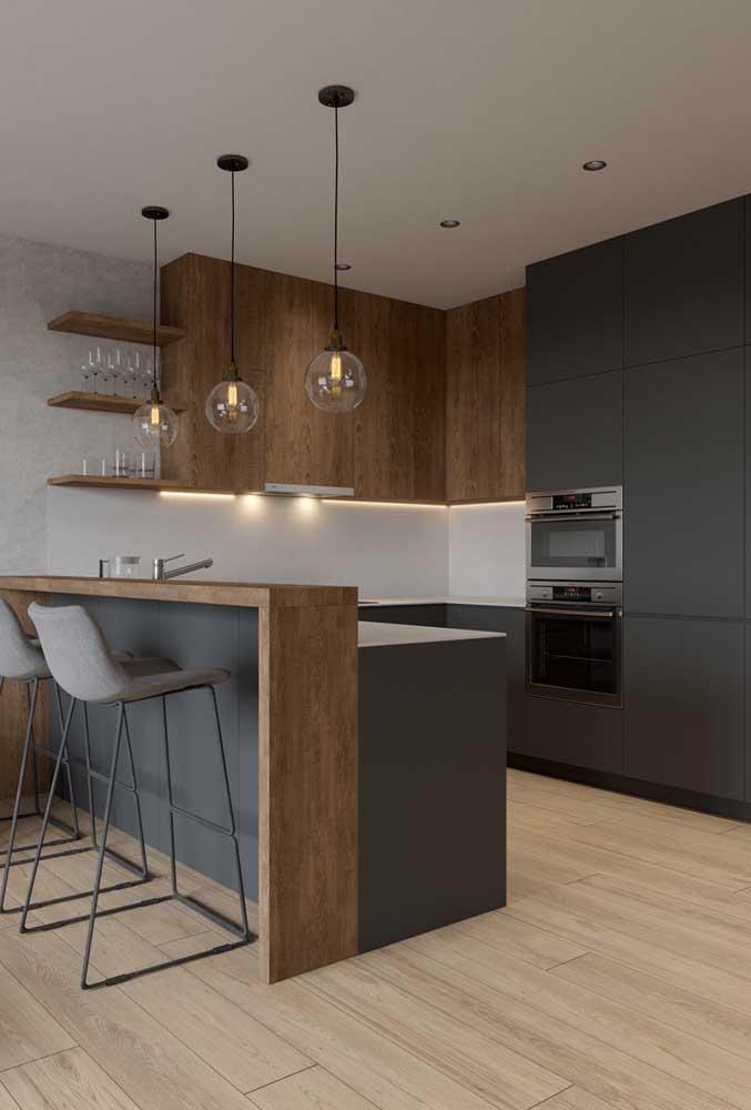 Cozinha em U com balcão e bancada integrados