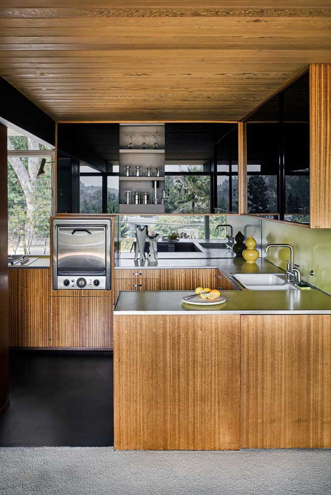 Cozinha em U de madeira: modernamente rústica