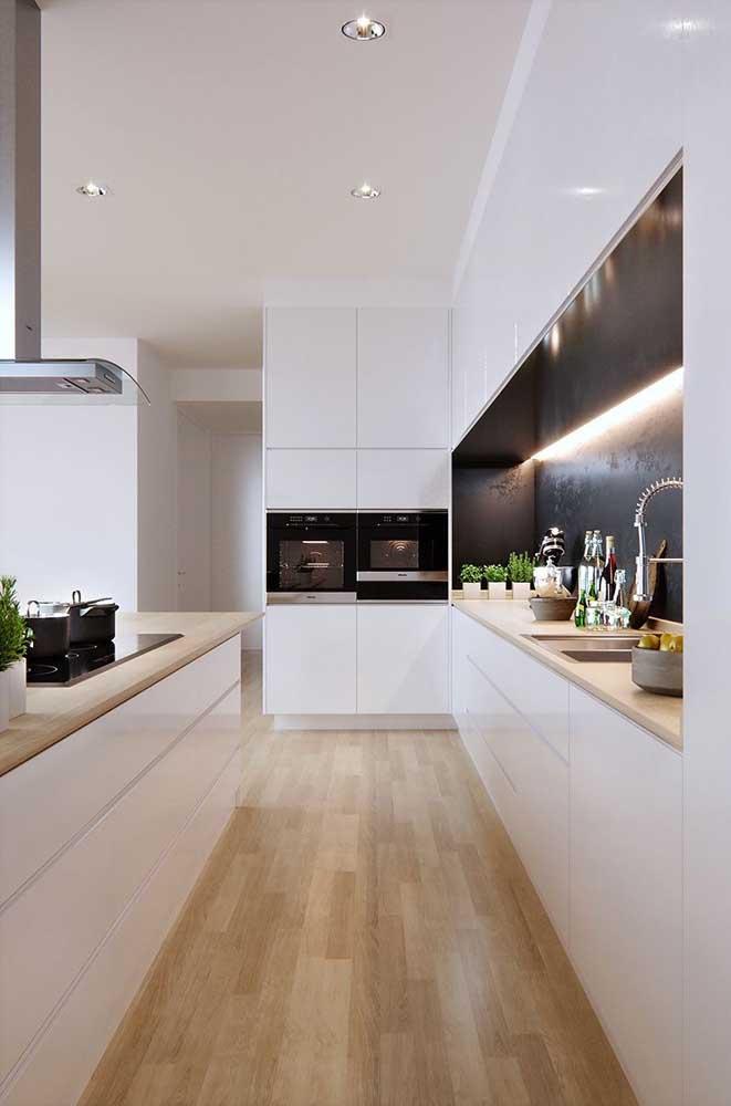 Cozinha em U em estilo corredor: comprida e estreita