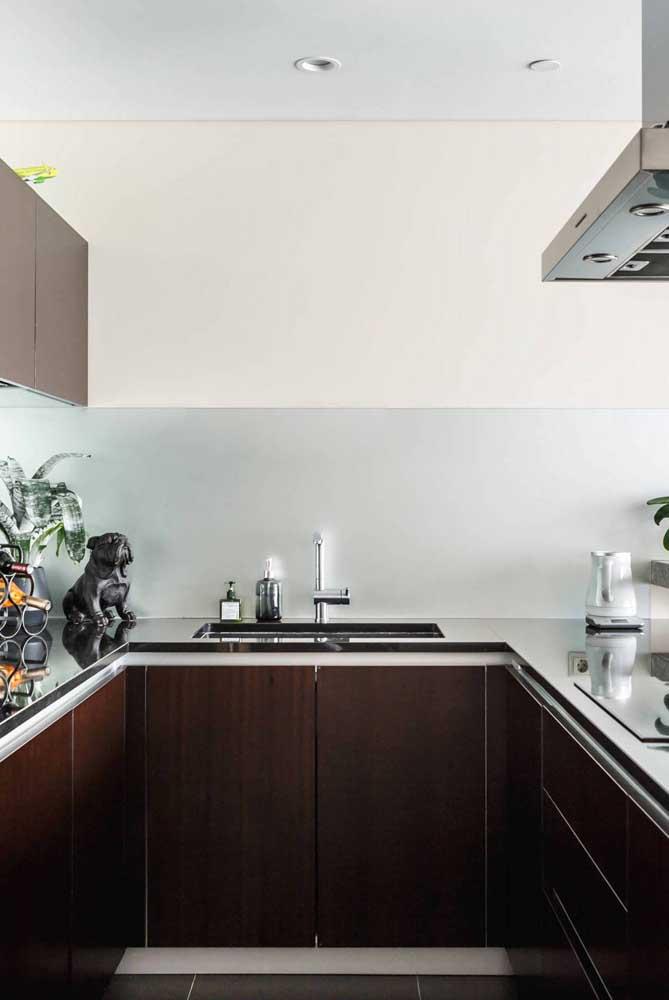 Cozinha em U pequena. Destaque para a pintura meio a meio da parede