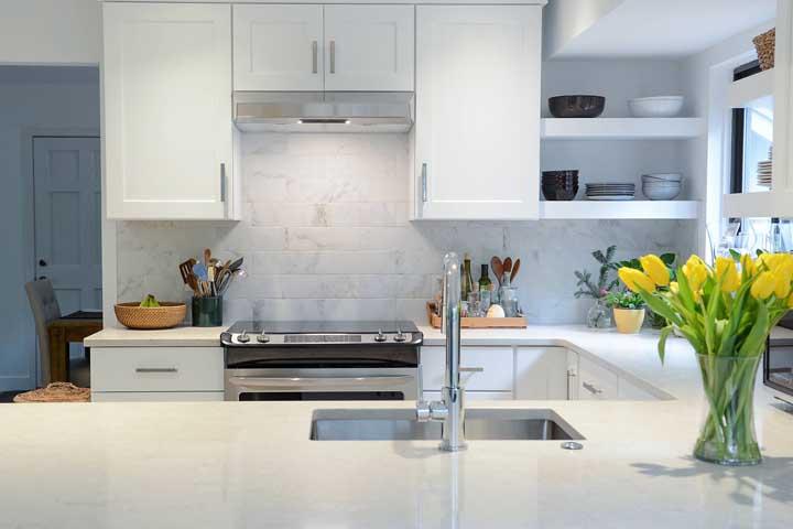 Cozinha em U pequena com janela. A integração deixa o ambiente mais amplo e moderno
