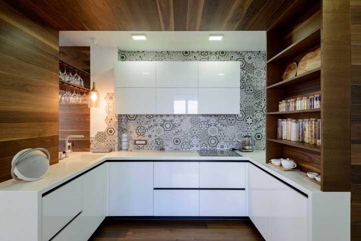 Cozinha em U branca com opção de armazenamento aberto