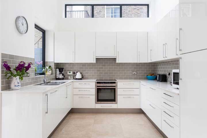 Cozinha em U com móveis modulares: opção mais econômica