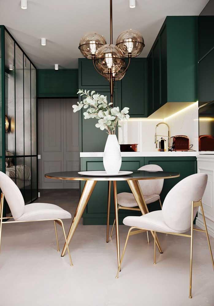 O verde esmeralda foi a cor escolhida para essa cozinha monocromática