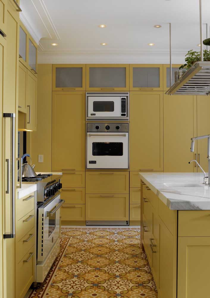 Mas se você deseja um pouco mais de energia, aposte em uma cozinha monocromática amarela