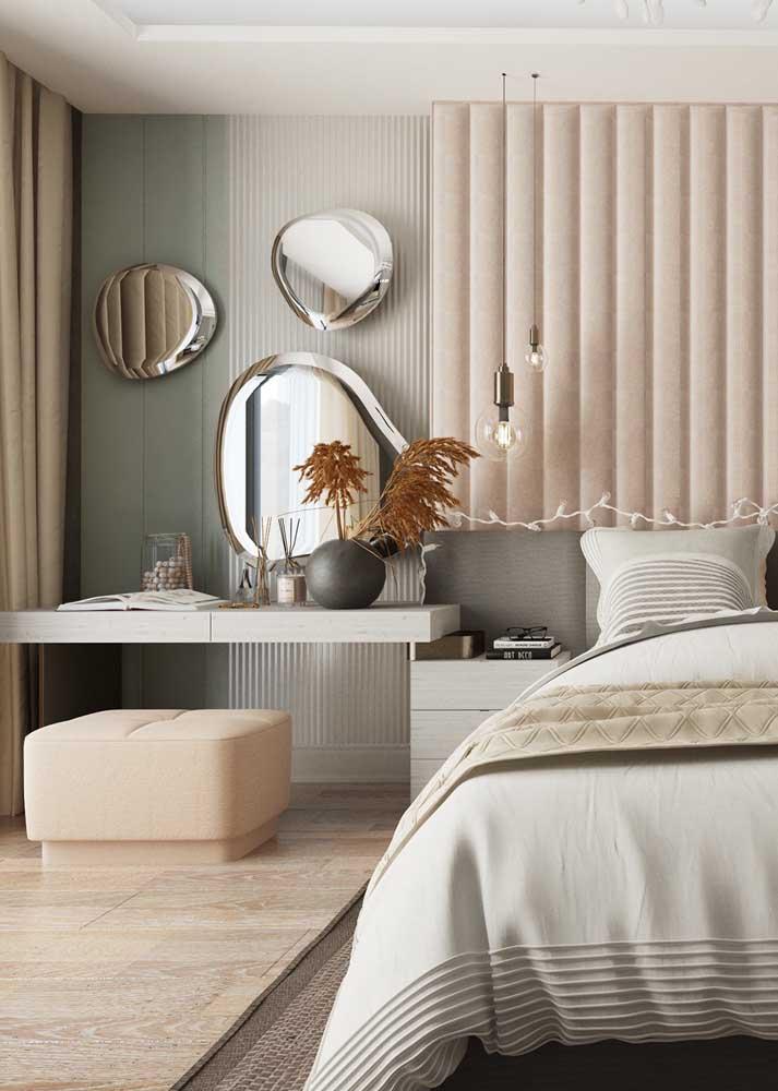 Trio de espelhos orgânicos para decorar o quarto do casal