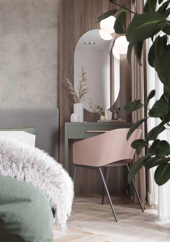 Para a penteadeira do quarto, um espelho oval bem grande