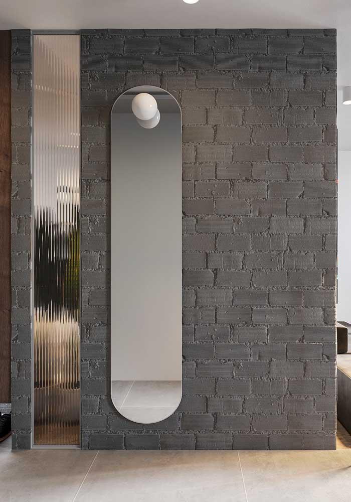 No hall de entrada, o espelho oval também é bem vindo