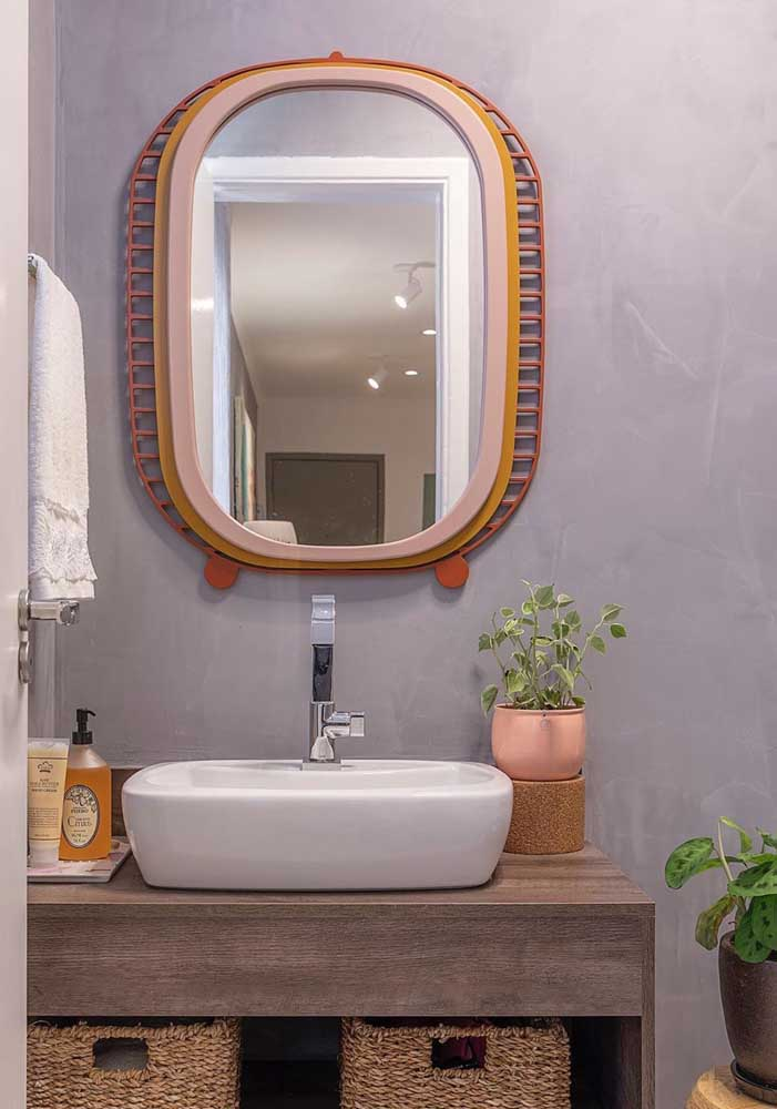 A moldura colorida traz um charme extra para esse espelho oval