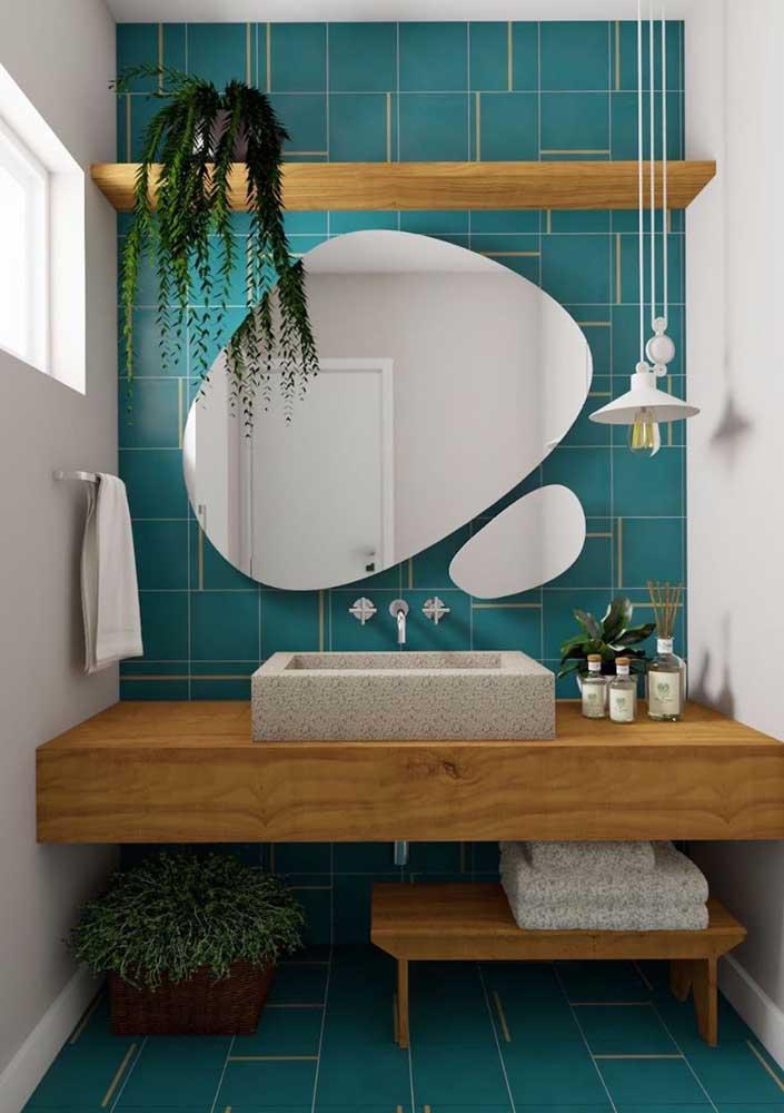 Aqui, o espelho orgânico traz movimento e dinamismo à decoração