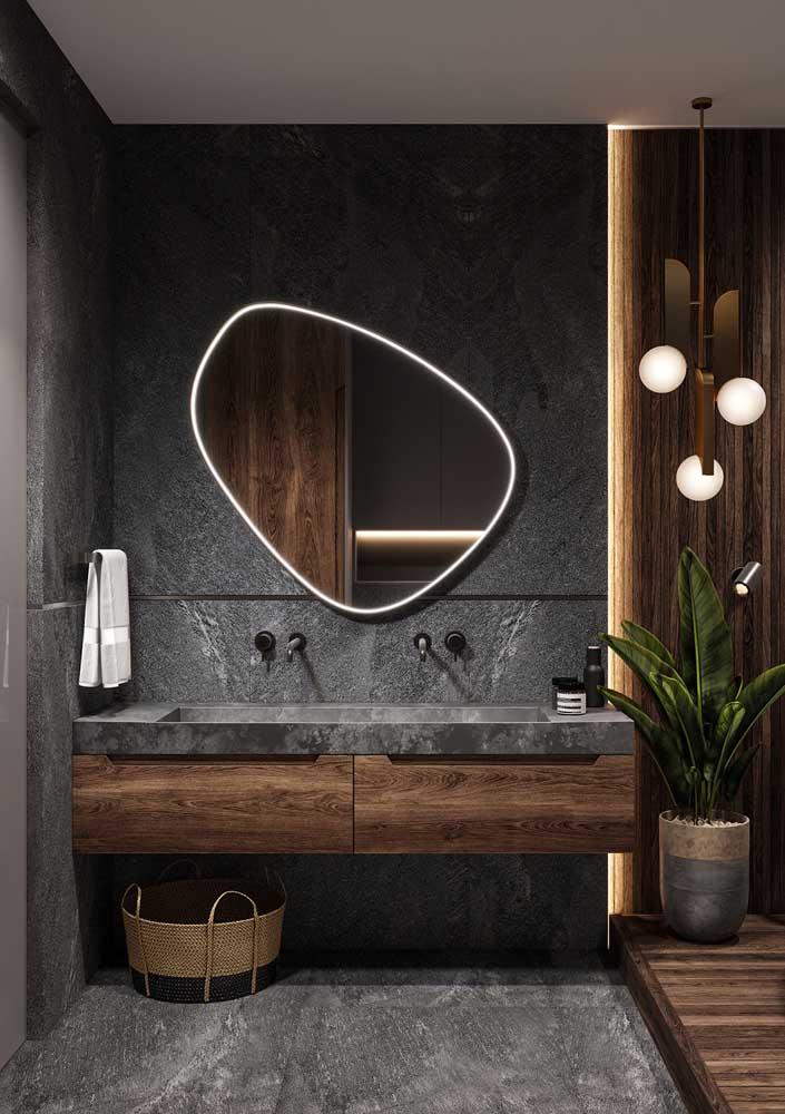 A fita de LED deixa o desenho do espelho ainda mais interessante