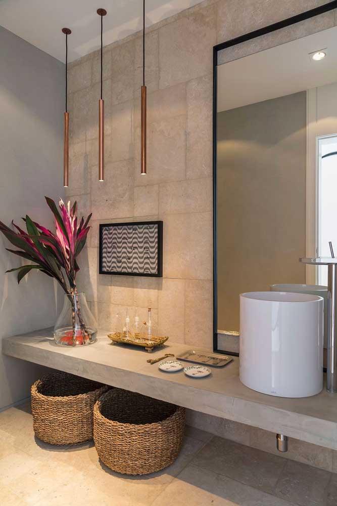 Banheiro com cestos de fibras naturais para marcar o estilo campo chic