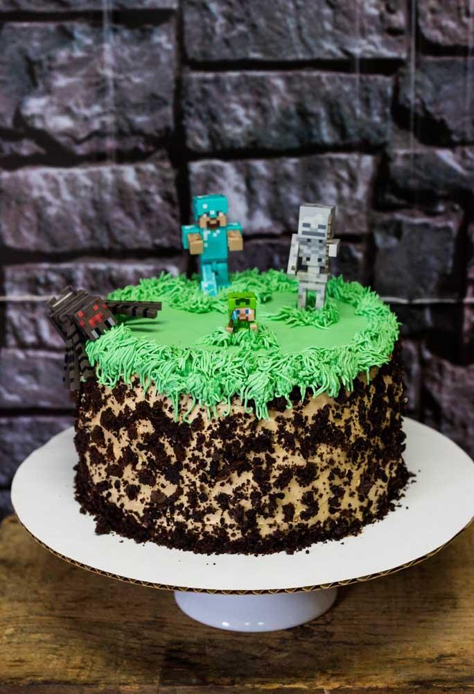 Na hora de fazer o bolo com o tema minecraft, escolha algo simples, mas coloque os personagens no topo.