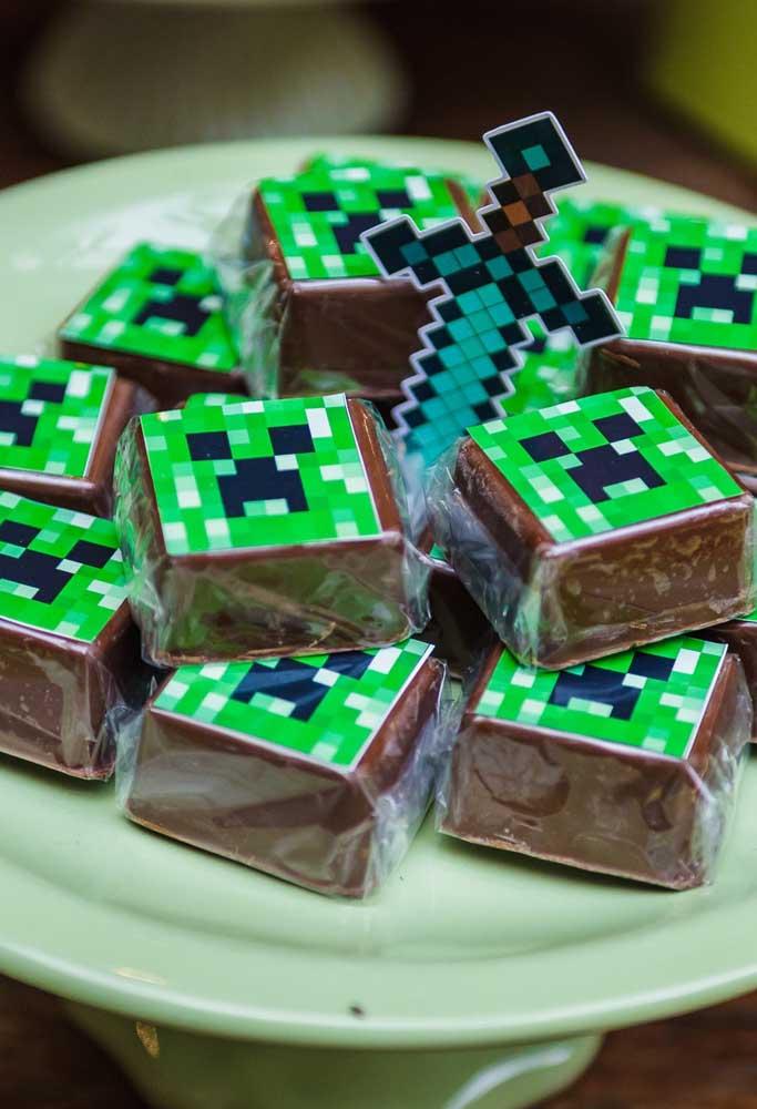 Da mesma forma faça com os mais variados doces da festa. Aproveite para fazer um enfeite para colocar no meio do prato.