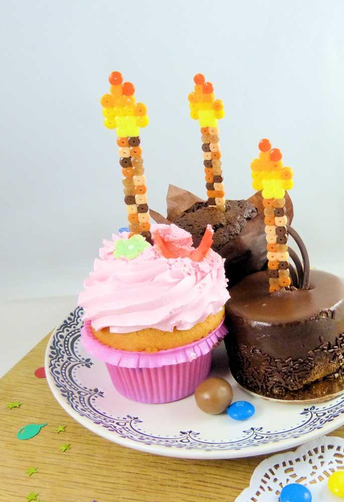 Sabia que você pode usar botões de cores diferentes para montar algo decorativo para colocar no cupcake?