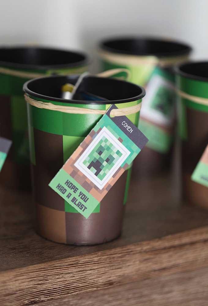Que tal comprar copos personalizados para servir as bebidas? Uma boa opção é colocar uma tag para identificar individualmente os copos.