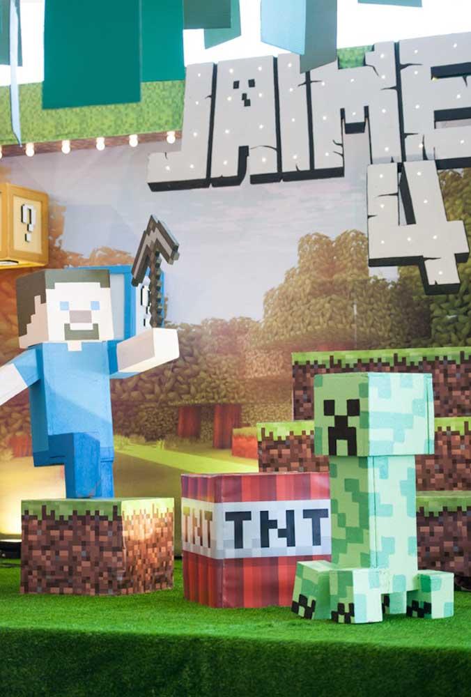 Usando materiais reciclados como caixa de papelão, caixotes de feira e caixa de sapato, é possível criar vários personagens do minecraft.