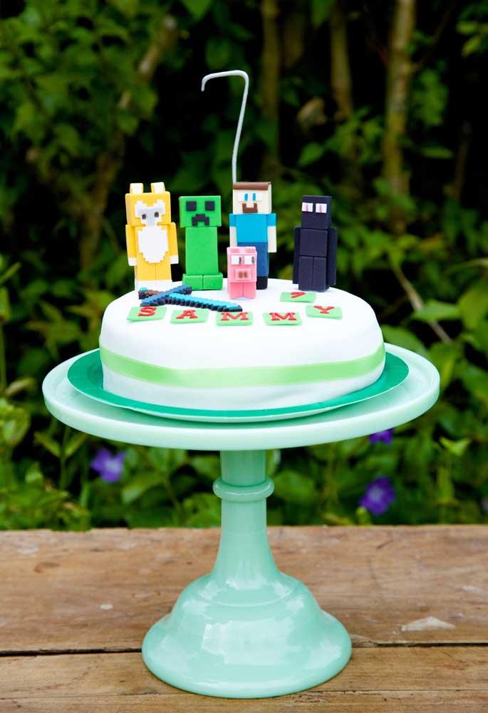 Opte por um bolo simples para ter a oportunidade de enfeitar com vários personagens do minecraft no topo.