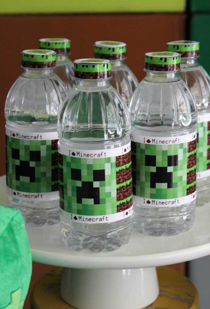 Por que não personalizar as garrafas de água da festa? Faça você mesmo alguns adesivos com o tema do aniversário.