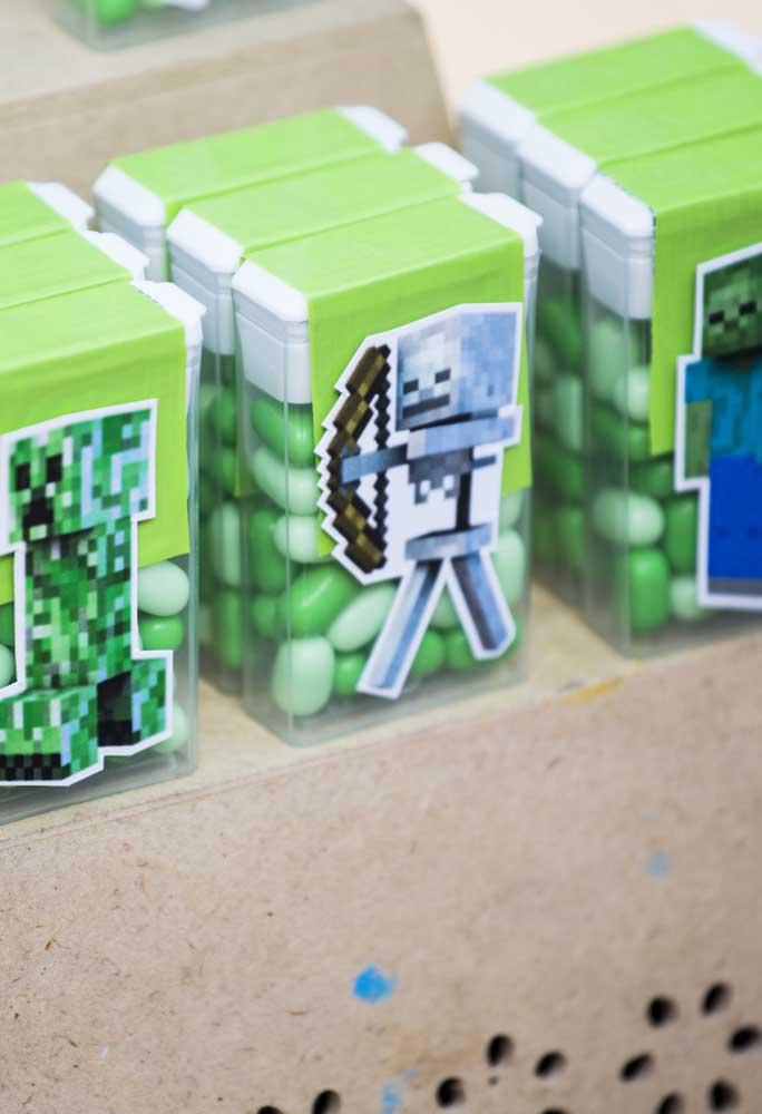 Com pequenos adesivos personalizados de acordo com o tema é possível deixar a festa bem organizada.
