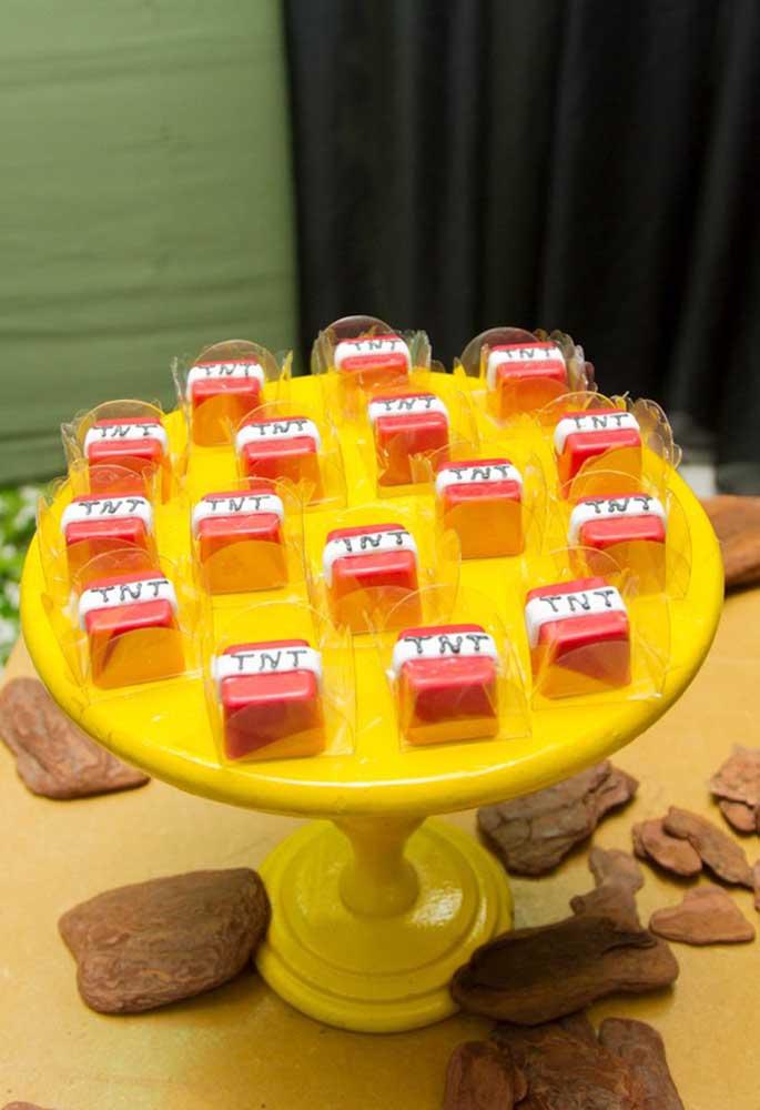 Ao invés de usar papel para decorar os doces, você pode usar pasta americana ou biscuit para fazer a personalização.