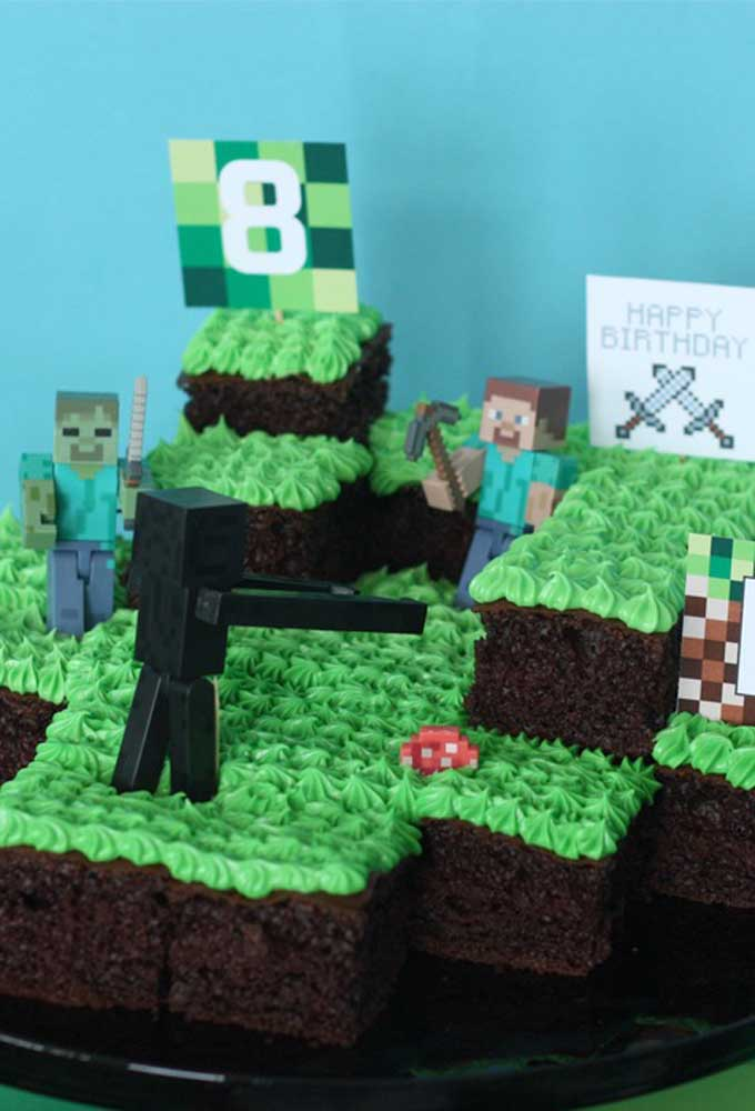 Ao invés de fazer um bolo inteiro, corte algumas fatias e organize como se fosse o jogo minecraft.