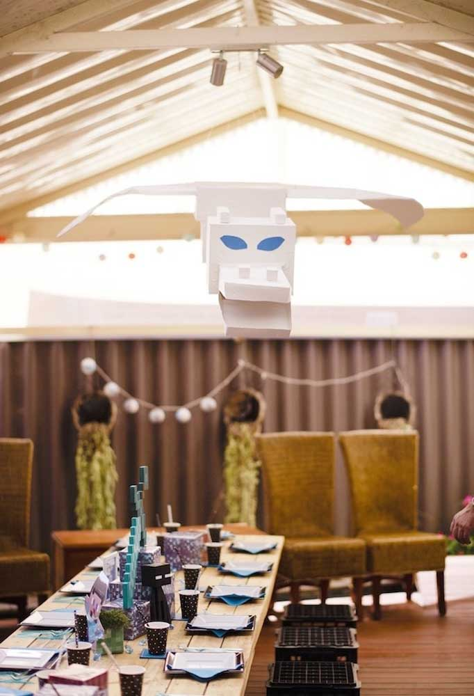 Na hora de decorar o espaço da festa, use vários elementos decorativos desde o teto até o piso.