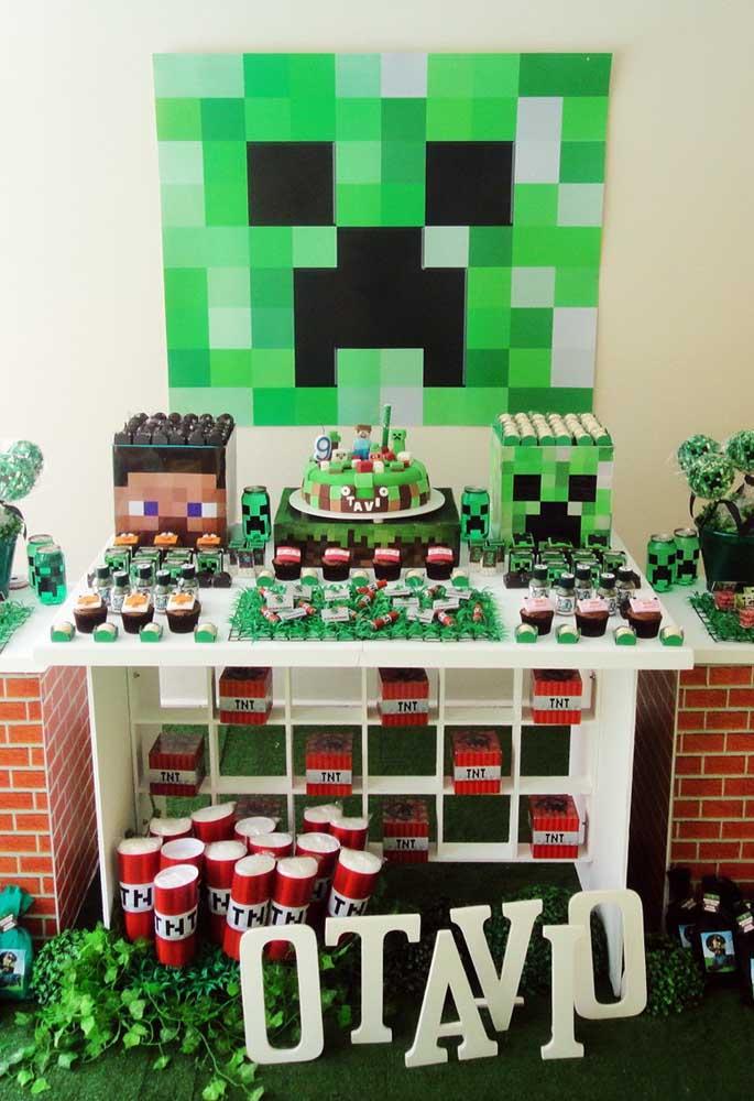 A festa com o tema minecraft fica ainda mais linda se você usar elementos decorativos super coloridos.