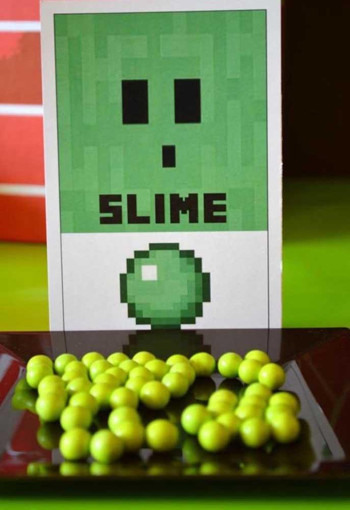 Que tal distribuir slimes para as crianças se divertirem? Faça uma placa de identificação de acordo com o tema.