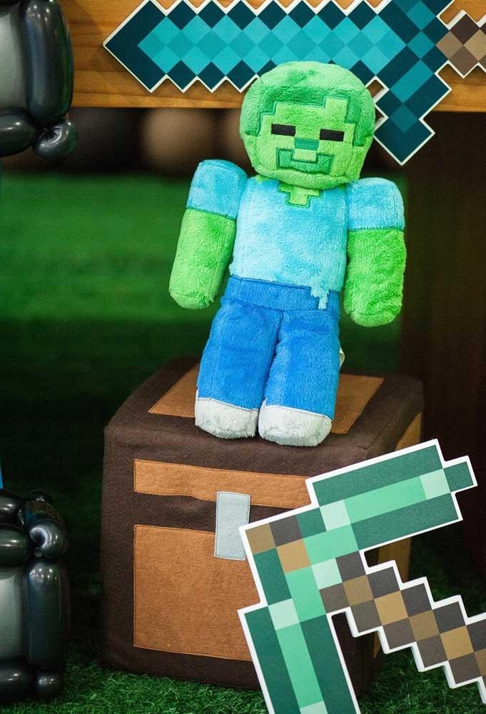 O boneco do personagem do minecraft não pode faltar na decoração com o tema. Você pode usar um feito de pelúcia.