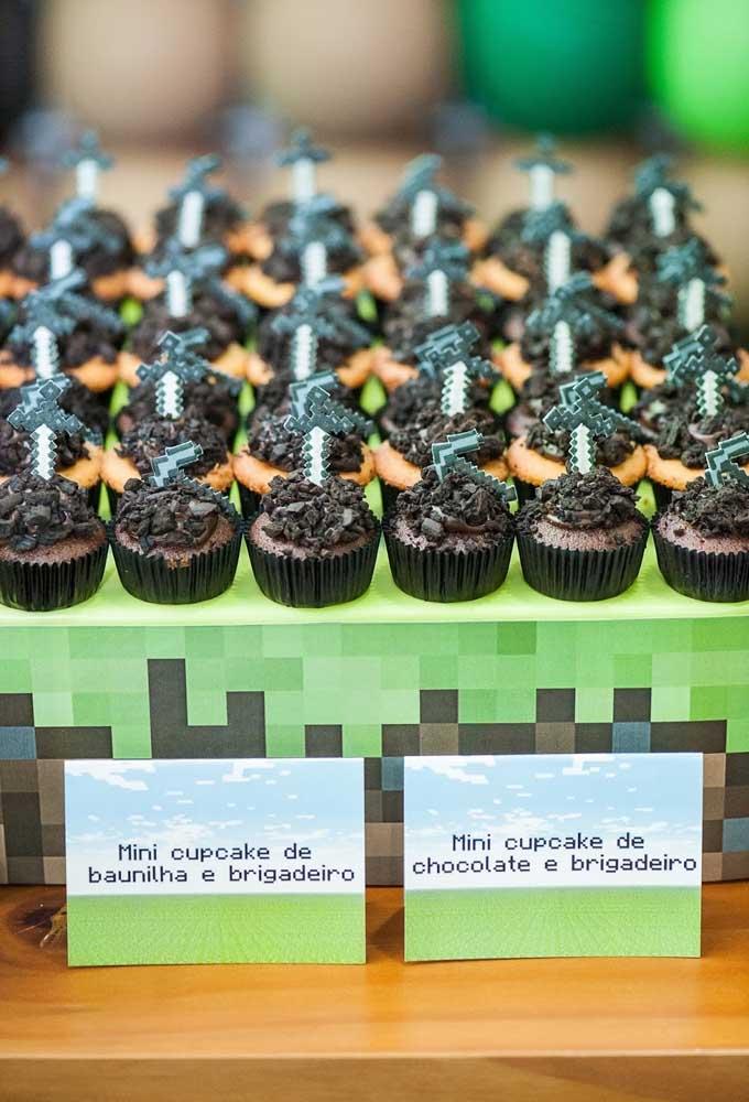 Pequenos enfeites ficam perfeitos para colocar em cima dos brigadeiros da festa com o tema minecraft.