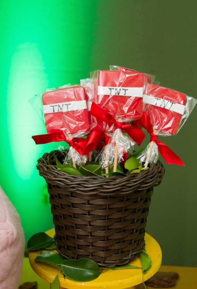 Você quer entregar uma lembrancinha comestível? Que tal fazer chocolate no palito e personalizar com o tema?