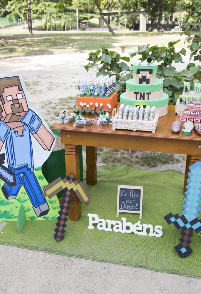 O tema minecraft fica perfeito em uma festa ao ar livre, sabendo usar adequadamente os elementos decorativos.