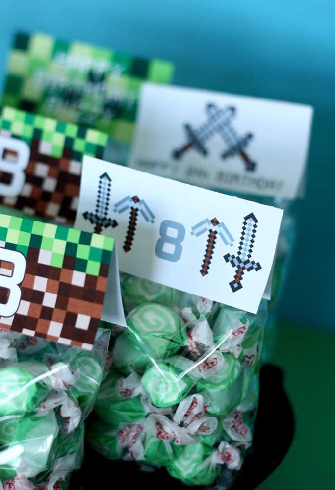 Você mesmo deseja fazer a lembrancinha de aniversário? Compre alguns sacos plásticos, coloque várias balas dentro e feche com um papel personalizado.