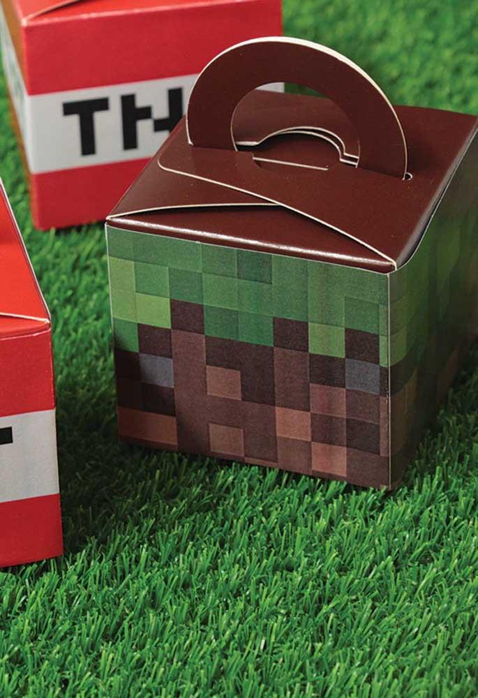 Uma boa opção de lembrancinha é fazer caixas personalizadas no formato de cubos. Dentro você pode encher de guloseimas e brinquedos.
