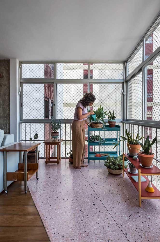 O charme vintage do granilite na varanda do apartamento