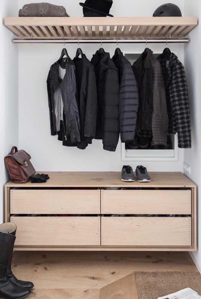 Para quem tem um pouco mais de familiaridade com a marcenaria, vale a pena se aventurar nesse modelo de guarda roupa de pallets com gavetas