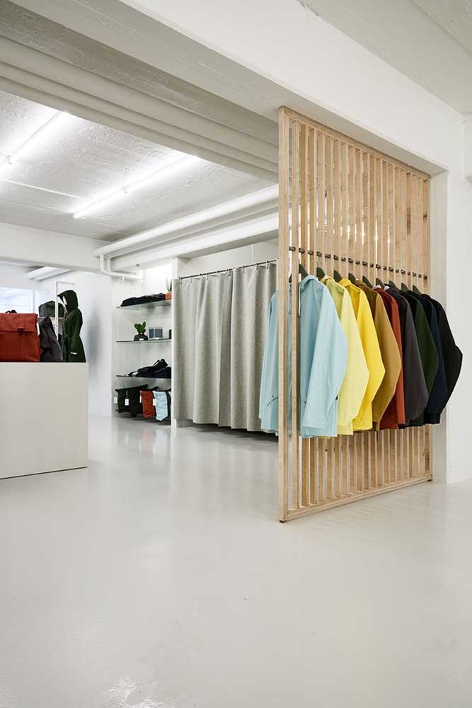 Uma divisória que também funciona como guarda roupa. Boa ideia também para hall de entrada