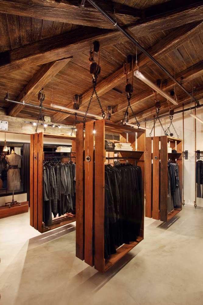 E se você tem uma loja de roupas, o que acha de levar esse conceito do pallet para expor as peças?