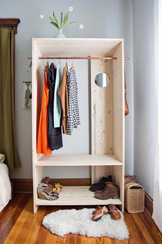 Guarda roupa de pallet solteiro: pequeno e bem organizado